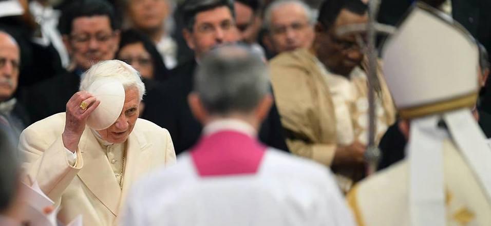 benedetto xvi toglie zucchetto dinanzi a papa Francesco