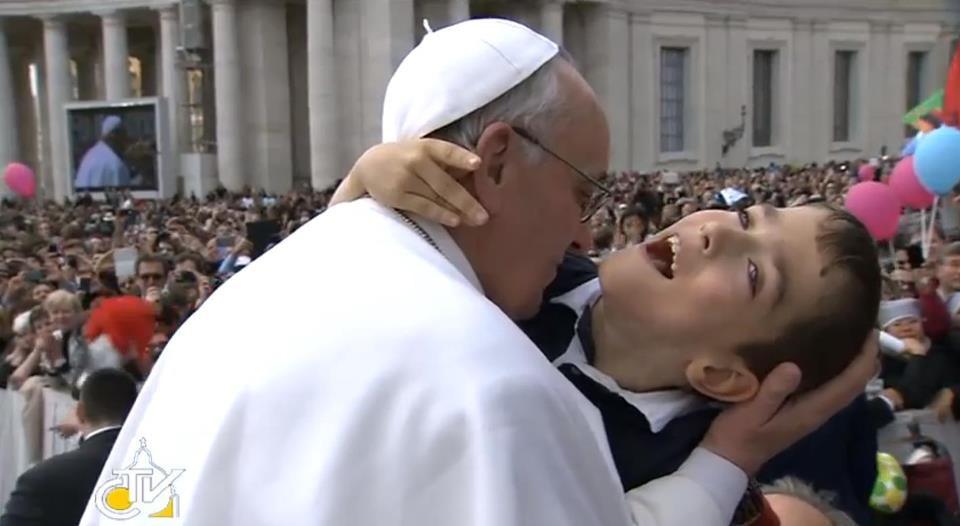 papa-francesco-abbraccia-la-sofferenza